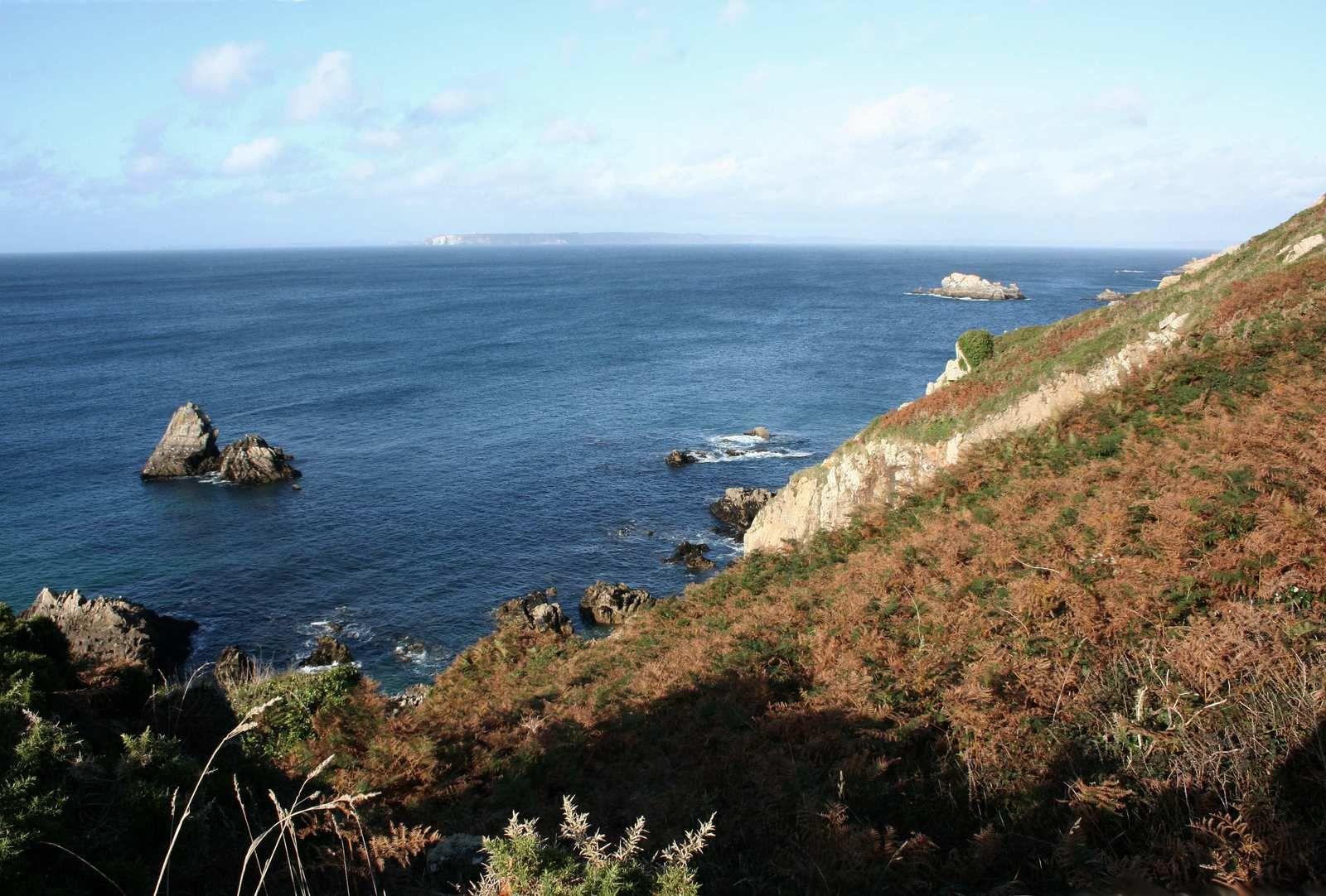 Vue sur la Presqu'île de Crozon (on aperçoit le Cap de La Chèvre à l'horizon) depuis la pointe de Lesven avant de traverser la campagne et de découvrir le mémorial FFI - FTP