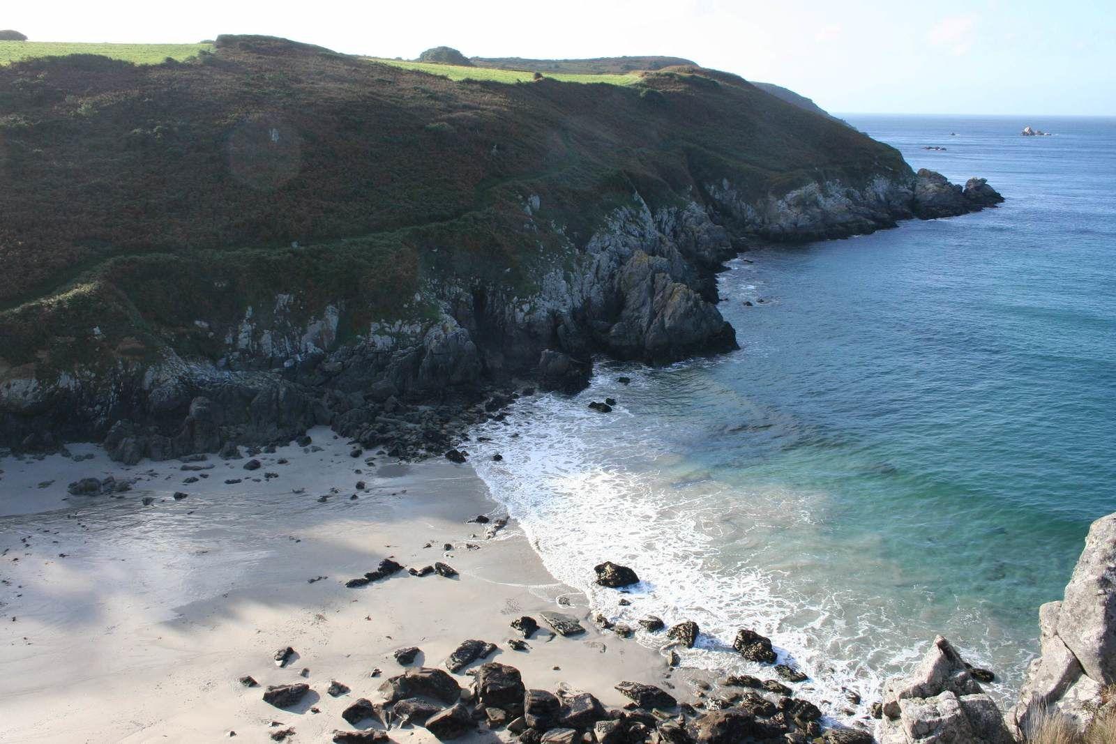Le sable de la plage et ses rochers...