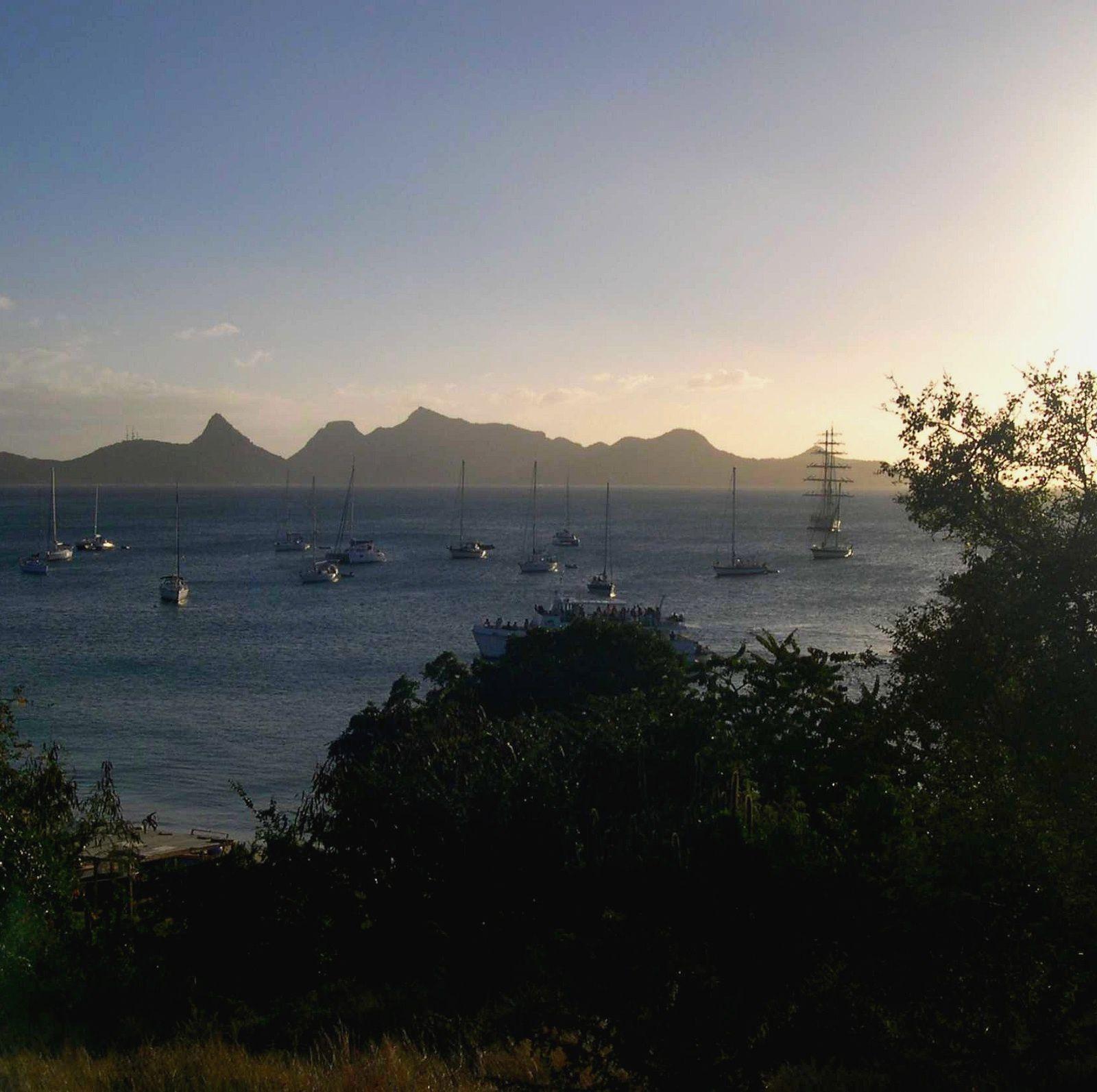 En escale à Mayreau, petite île des Grenadines fin février 2006 le brick Fryderyk Chopin vient mouiller pour la nuit... Au fond, la silhouette montagneuse de l'île d'Union...