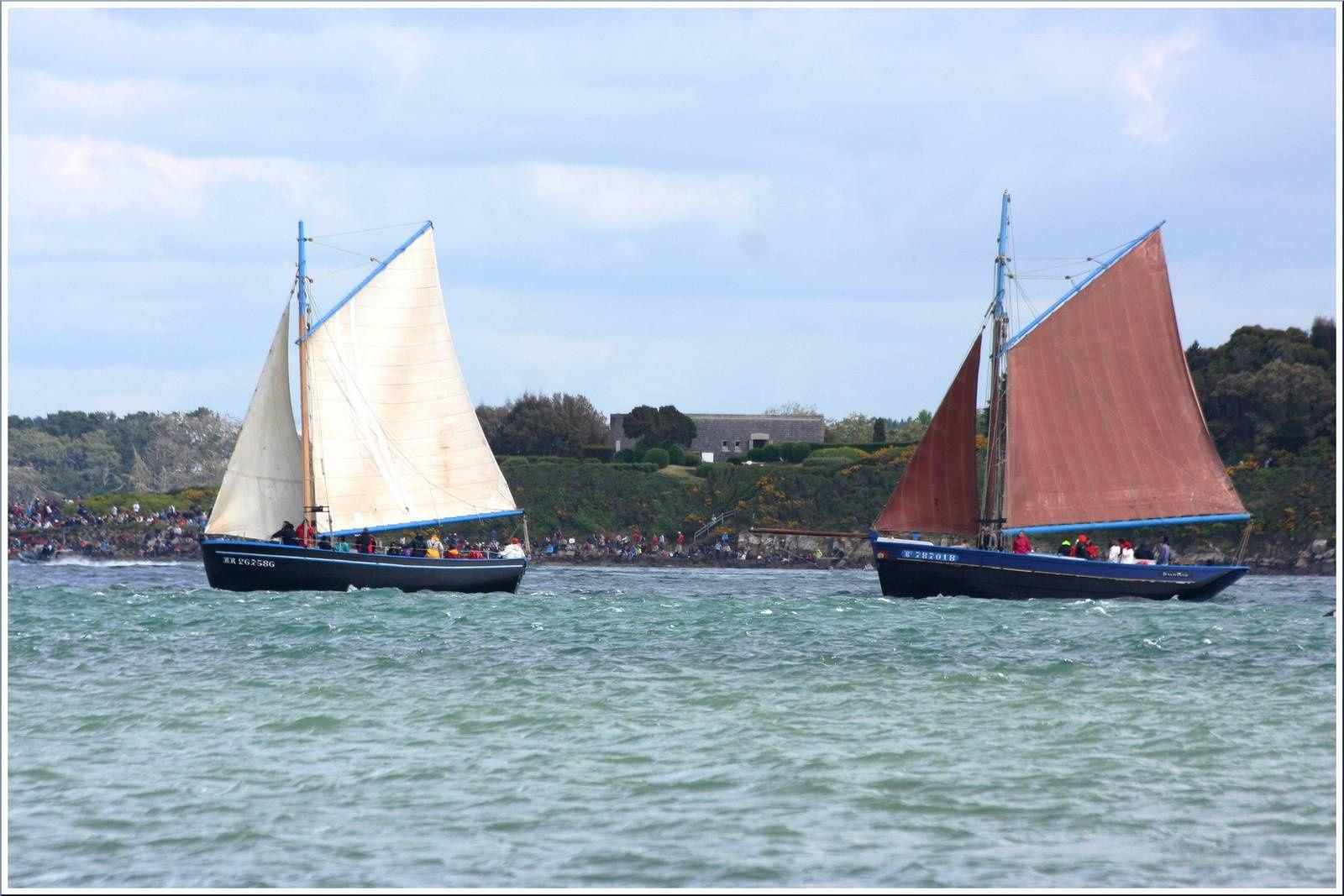 Sloop de travail de la rade de Brest : Dalh-Mad à droite et Loch-Monna à gauche...
