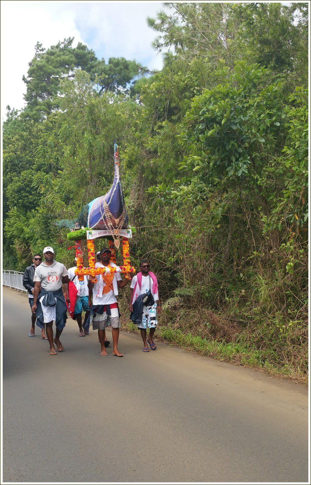 289 - Île Maurice 23ème MAHA SHIVARATREE 2017 Des centaines de milliers de pélerins se rendent à pied de toutes les régions de l'île vers Grand-Bassin pour le culte de Shiva. Quelques photos prises le 23/02/17 en se baladant sur les routes de Mauritius