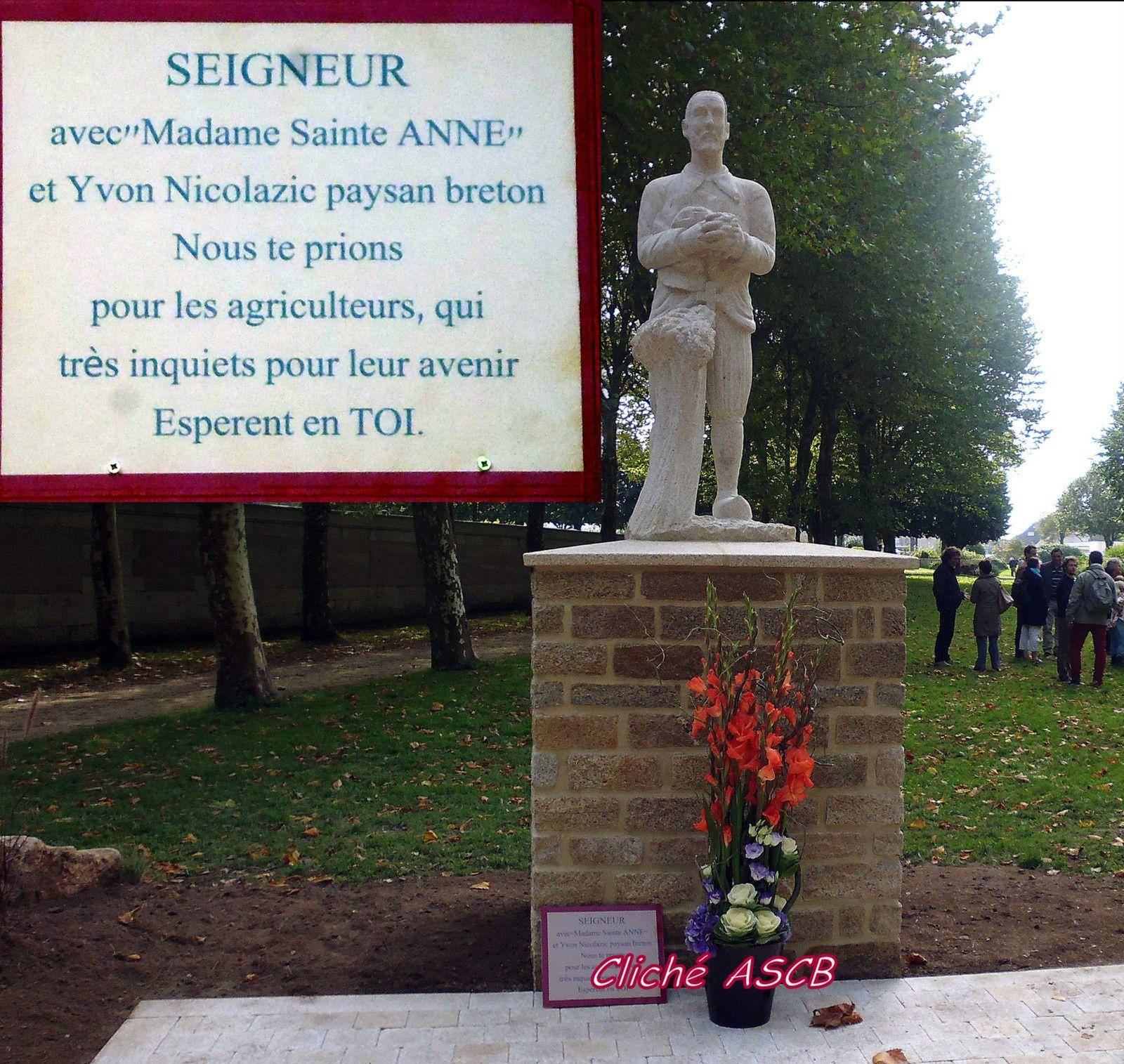 MONSEIGNEUR RAYMOND CENTENE, EVEQUE de VANNES MET LES PAYSANS à L'HONNEUR.