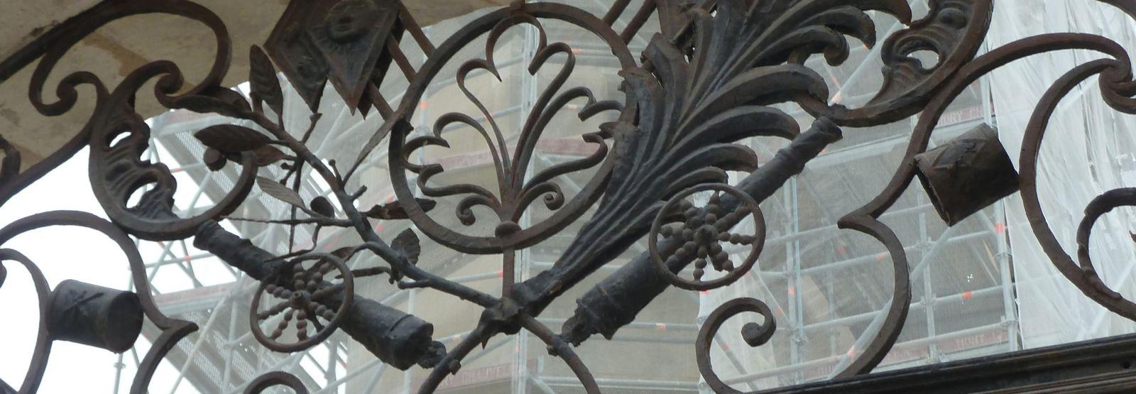 Détail du portail de l'ancienne mairie de Saintes