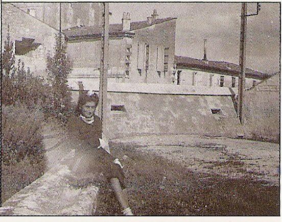 """Dans l'ordre....  Portrait (en très mauvais état du général Sarrail, comme notre rue de Saintes). Violente tempête de 1934 à Saintes. Mur de défense allemand, rue du pont des monards à Saintes. Avenue Gambetta.. au temps heureux..!!! où la circulation était plus que limpide...  Maison en démolition, vestige.. """" Diane Saintaise """" (Ce devait être une pancarte annonçant une société de chasse...!)"""