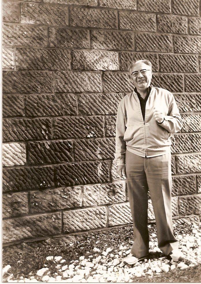 """Marcel Vivien, un des démineurs """" action """" du groupe """" Baptiste """" en photo devant la chambre des mines du pont de Diconche (1996)"""