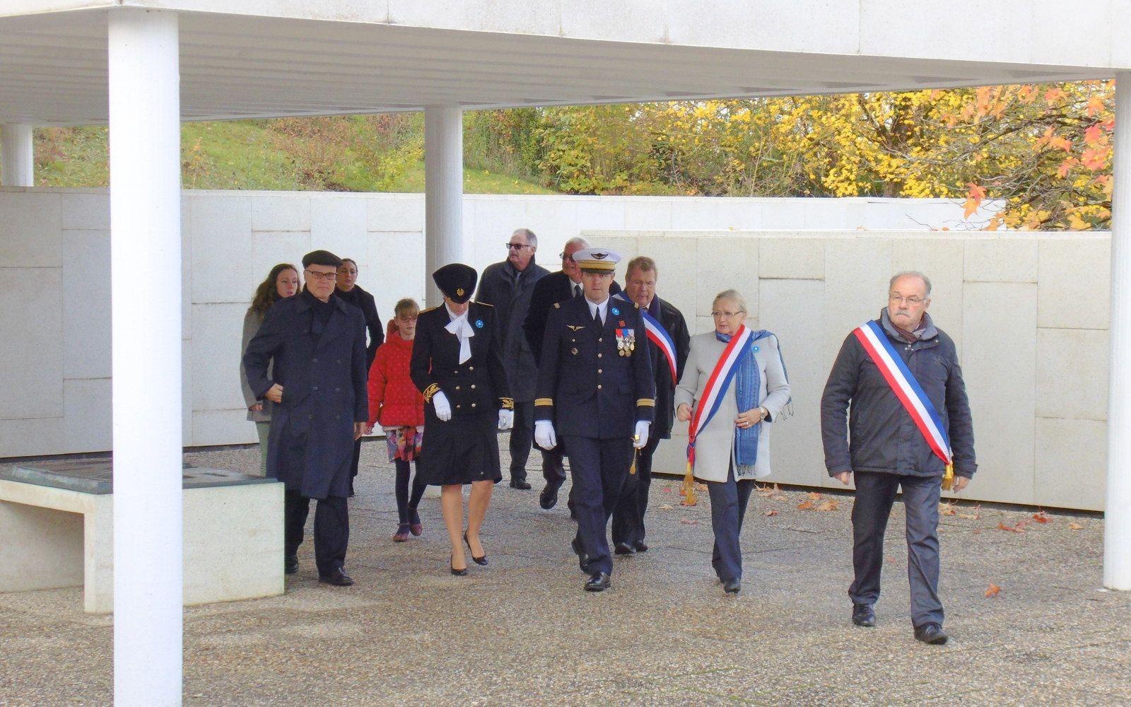 Environ 9000 militaires allemands tombés durant la dernière guerre mondiale reposent au cimetière de Berneuil en Saintonge. Ce petit coin d'Allemagne est malheureusement un des tragiques épilogues de ce douloureux conflit pour nos deux pays, pour leurs hommes d'honneur. Ce 13 novembre de nombreuses personnes sont venues rendre un hommage: Citoyens, corps constitués et anciens combattants, en présence de Monsieur Wilfried Krug consul de la République Fédérale d'Allemagne en poste à Bordeaux.