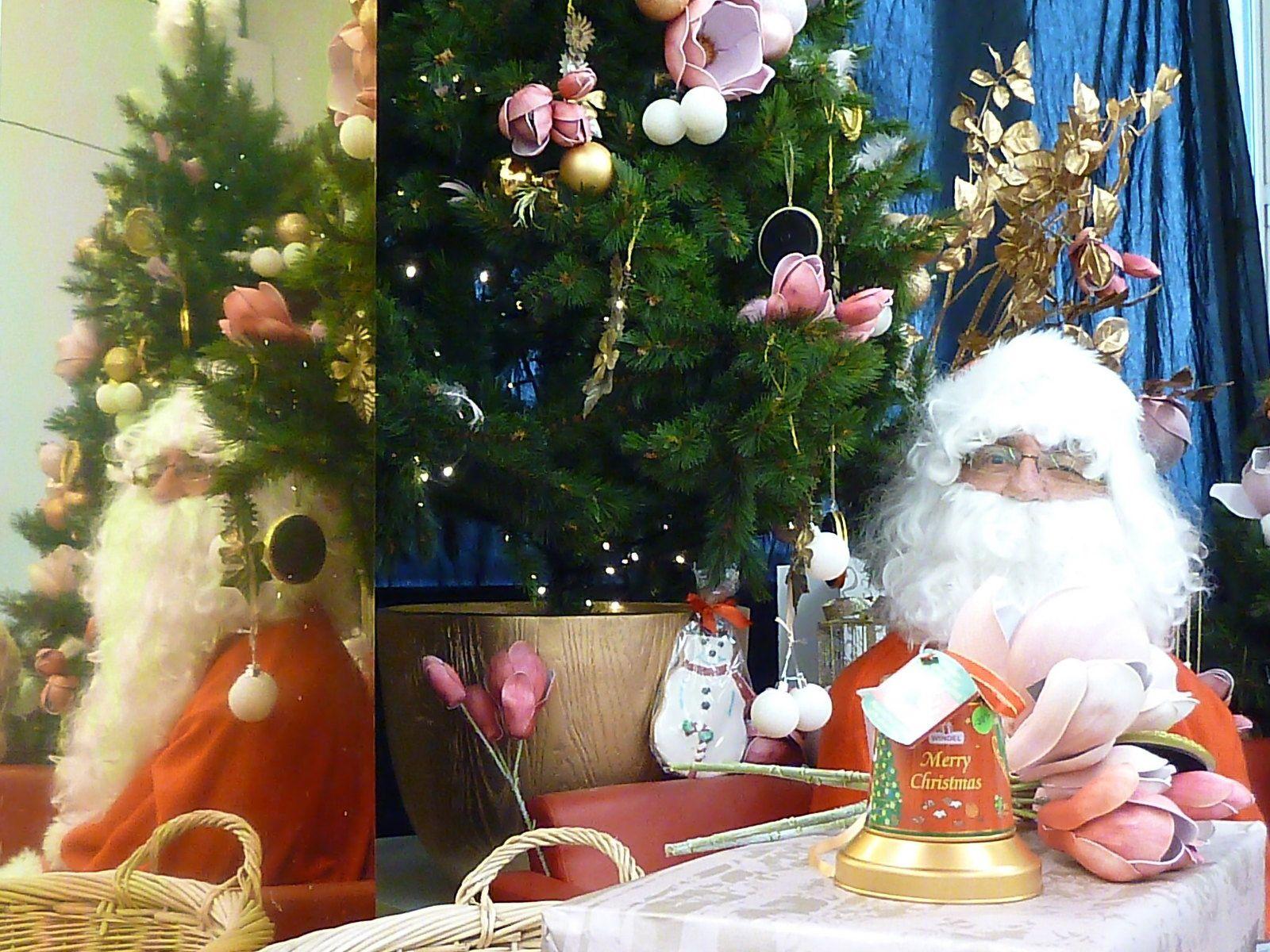 Le père Noël des G-L de Saintes a du travail pour deux. Quant au père Noël du marché il a fait venir du renfort.