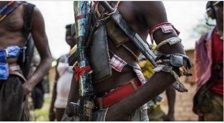 RCA : les Anti-Balaka demandent la démission de Samba Panza, la mesure expire dans 48 heures...    Rappel 02 «les traitements infligés aux leaders Anti-balaka arrêtés par Sangaris le mois dernier et détenu à la prison centrale de Ngaragba» à Bangui justifierait également cette décision extrême. «Il ressort de ces mêmes sources, que des traitements inhumains, des empoisonnements aux substances toxiques ont été pratiqués par les soldats Français et Burundais aux anti-Balaka, actuellement détenus à la maison d'arrêt de Bangui sur instruction des autorités de la transition et des autorités françaises» poursuit le communiqué. «Devant la gravité d'une telle situation, la Coordination nationale des opérations du groupe d'auto-défense et de résistance populaire donne 72 heures aux ministres Anti-Balaka de se retirer immédiatement du Gouvernement» précise le communiqué, suite à une réunion extraordinaire tenue dimanche soir. «Passé ce délai, le ministre qui se réclamerait d'une quelconque solidarité gouvernementale, ou de devoir de service, sera considéré non seulement comme l'ennemi du peuple, mais traité comme tel»
