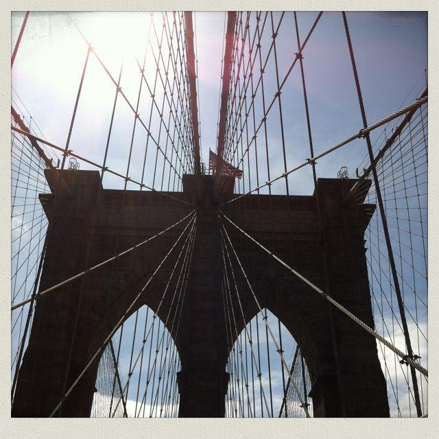 "Petit bonus : le pont de Brooklyn, magnifique et ancien "" édifice suspendu "" (1883)"