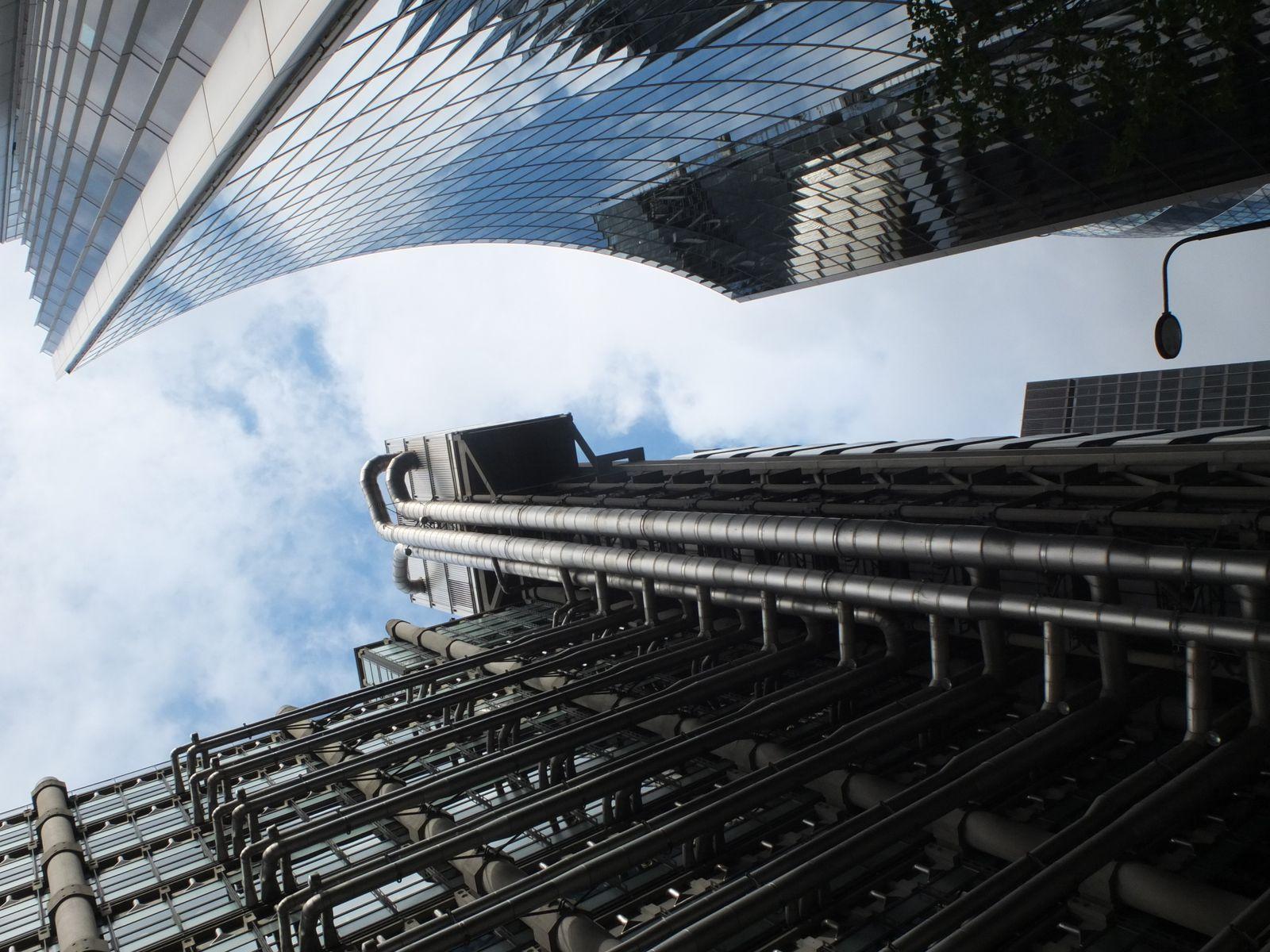 """Contrastes toujours et entrée de l'époustouflant building de la Loyld's qui me rappelle la ville de l'iconique film """" Blade Runner """"."""