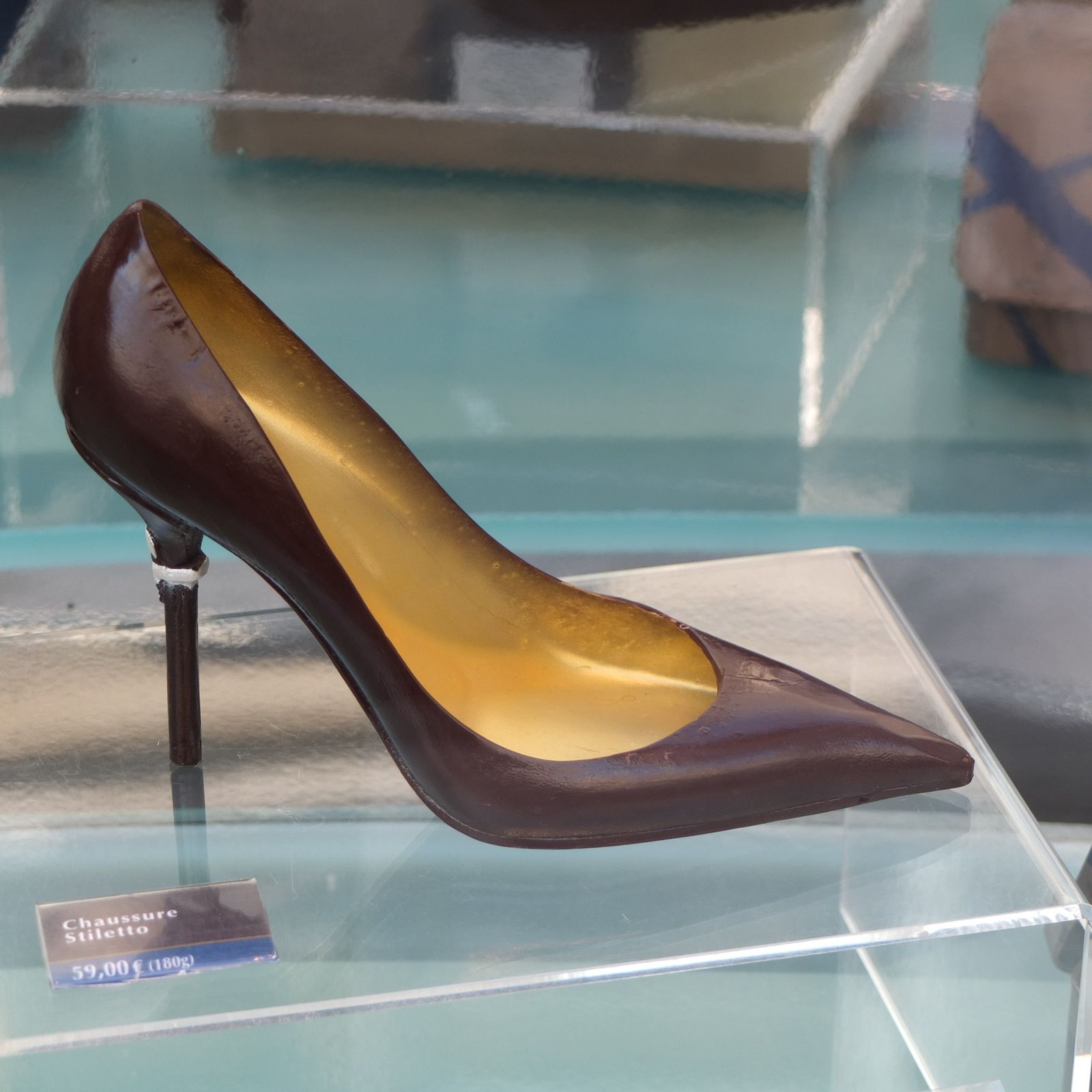 Chic (une luxueuse ganterie), choc (stiletto en chocolat chez Jean-Paul Hévin) et glamour (l'ultra féminité de l'univers Chantal Thomass).