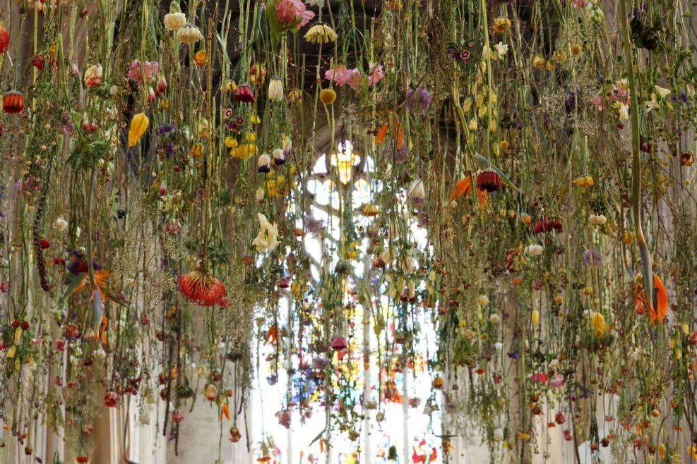 Les installations florales suspendues de Rebecca Louise Law. Ephémères mais tellement belles et poétiques.