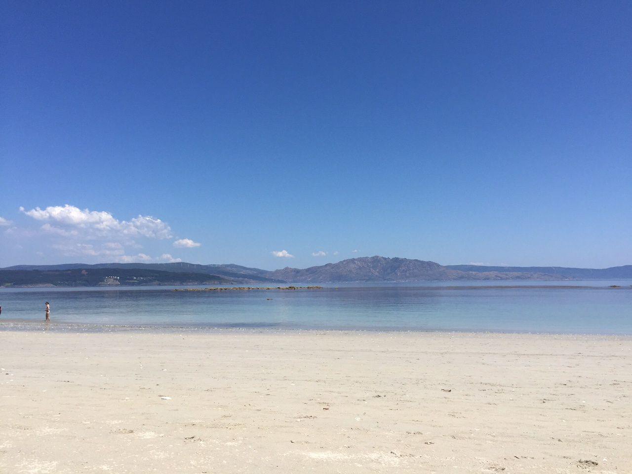sable blanc et eau transparente