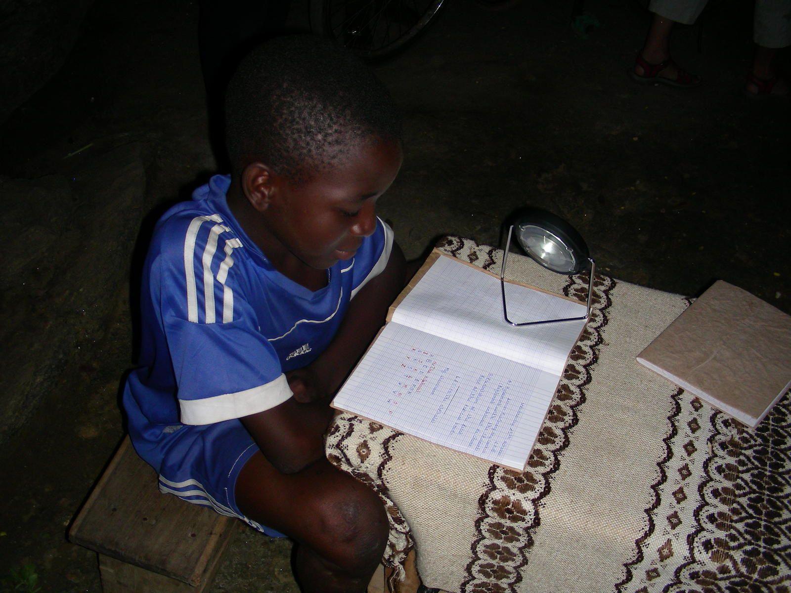élève travaillant grâce à sa lampe solaire