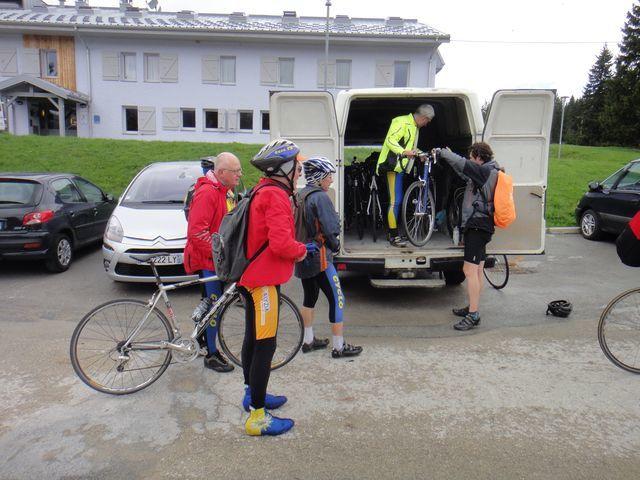 Les vélos sont rangés dans le camion.