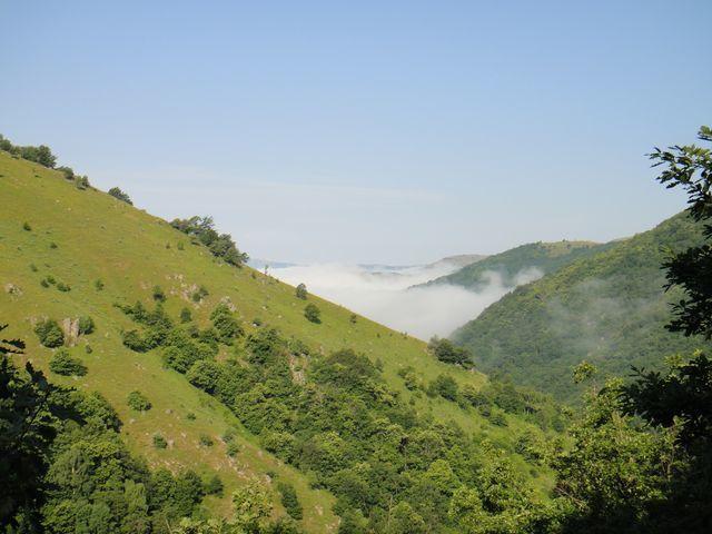La vallée du Tarn est un peu dans le brouillard.