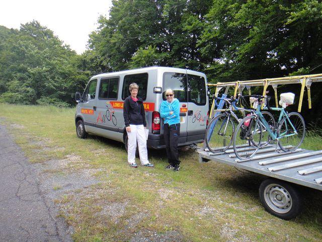 Aujourd'hui, Marie-Pierre et Viviane s'occupe de la logistique. Elles étaient bien au chaud dans leur camion et sont sorties pour la photo. Merci.