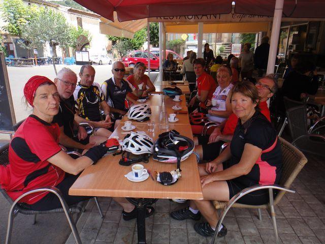 Pause café après le repas. Puis, le groupe se sépare, les deux Michels, Pascale et moi continuons en direction de Mourèze (BPF).