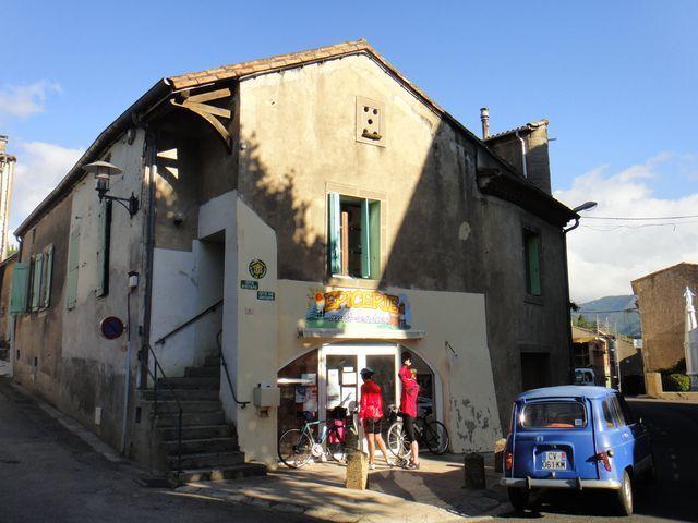 La propriétaire du café s'occupe également du gîte communal.