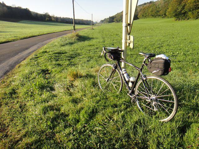 Comme je partais deux jours, j'ai équipé mon vélo d'une sacoche de selle plus volumineuse que d'habitude afin de pouvoir mettre quelques affaires pour la nuit de samedi à dimanche. C'est une grande première pour moi.