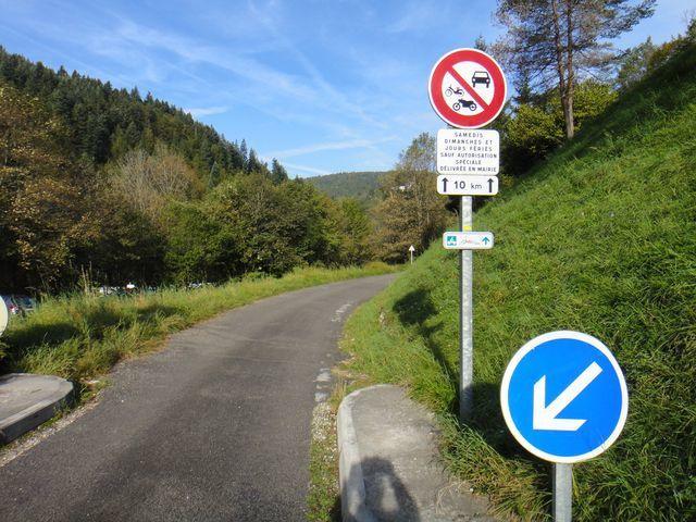 Puis, à Morez, je prends la petite route qui longe les gorges de la Bienne et qui est réservée aux cyclos le week-end.