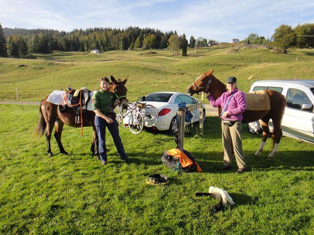 Les cavalières et leurs montures sont également presque prêtes. Elles sont parties de Valorbe (Suisse) et rejoignent Les Saintes Marie de la Mer à cheval.