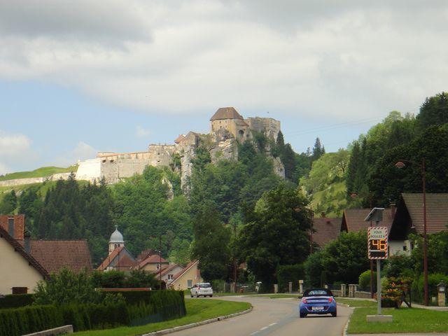 Le château de Joux, avant d'attaquer la montée du Larmont du côté des Verrières.
