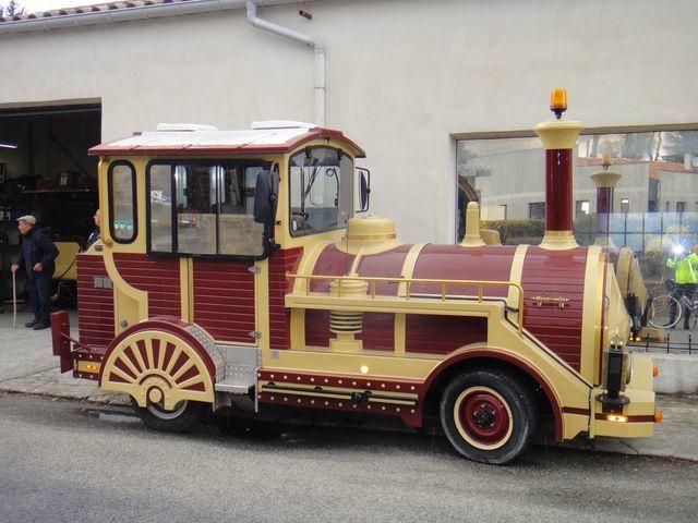 Il y avait même une locomotive sur la route.