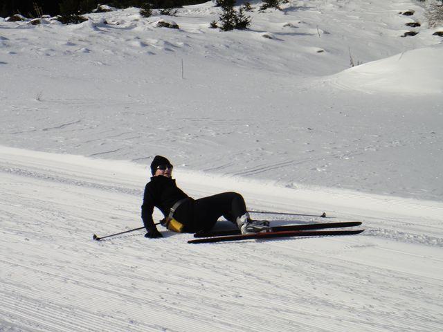 Déconcentrée par cet arrêt casse croûte, Marie Jo s'est un peu empêtrée dans ses skis, mais rasurrez-vous, pas de bobos.