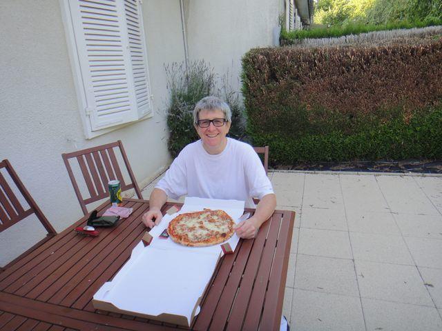 La chambre d'hôtes ne faisant pas table d'hôtes, je me suis fait livrer une pizza. Je l'ai attendue une heure et en plus elle n'était pas super bonne, mais quand on a faim on mange tout.