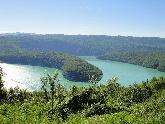 Nous arrivons au lac de Vouglans à Cernon.