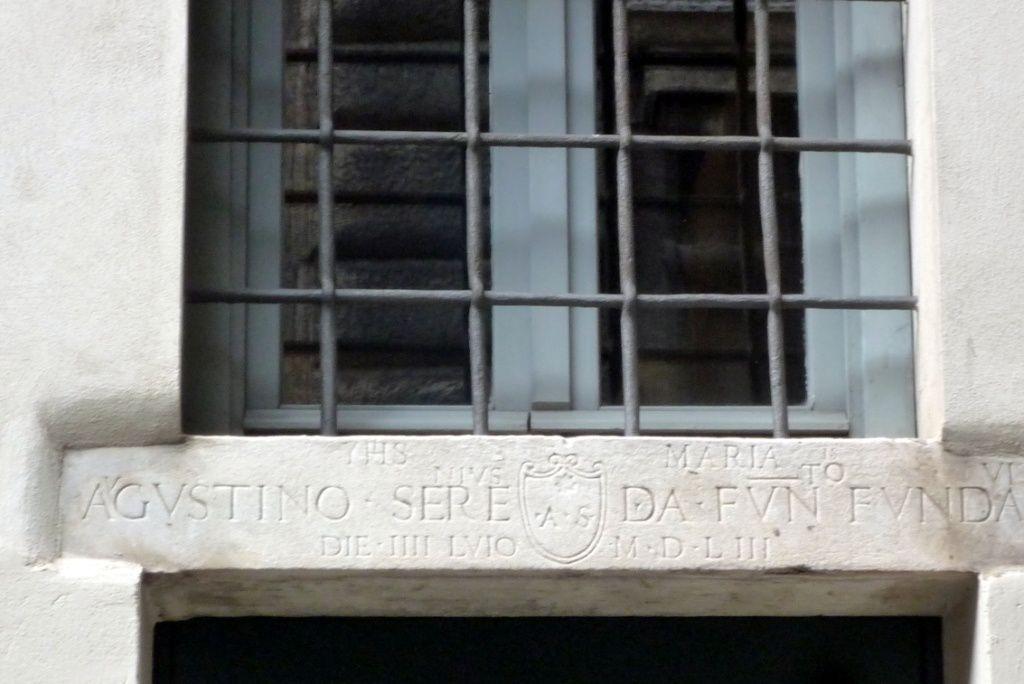 une inscription rappelant la construction en 1553 a Via dei Farnesi