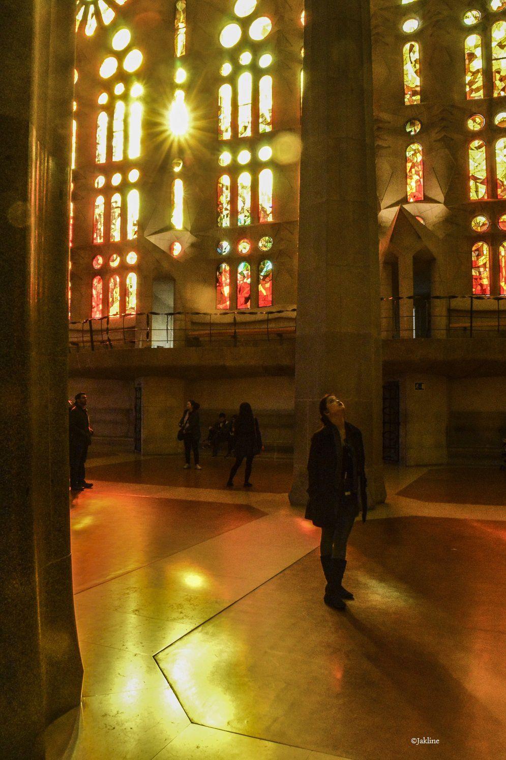 La Sagrada Familia baignée de couleurs