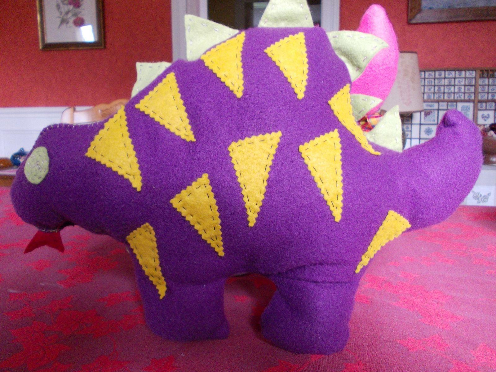 Un coussin dinosaure pour mon petit-fils Alban - merci à Cigalette pour le modèle (blog http://lesbricolesdecigalette.over-blog.com ) et le coussin chat pour ma petite fille, créa lili