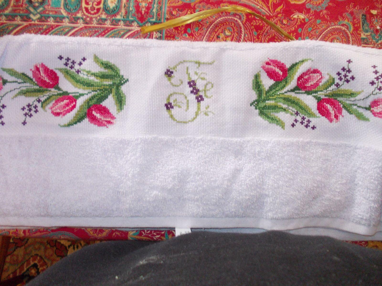 J'ai brodé pour mon amie Cigalette qui est née le même jour que moi mais quelques années plus tard  (sourire) une serviette de toilette mauve avec de jolies tulipes