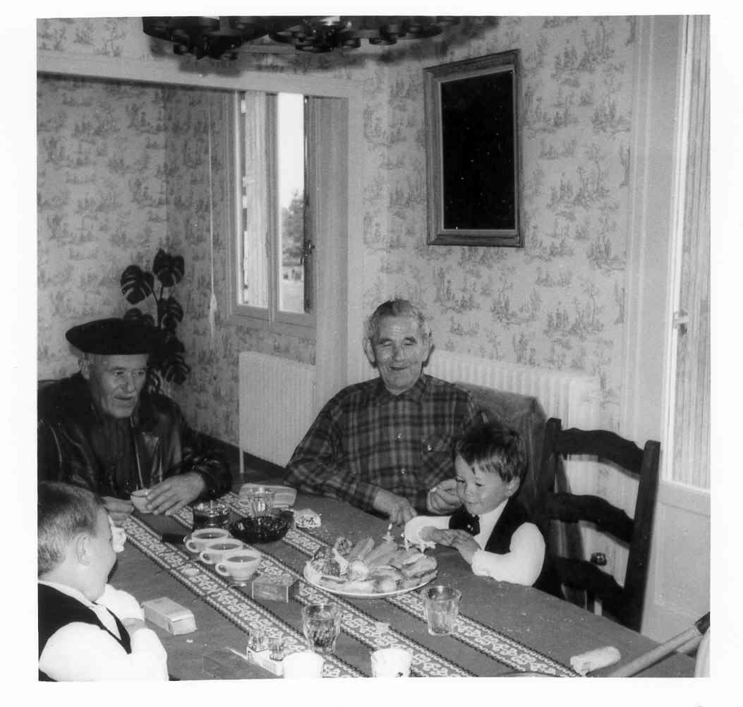 La pause café. José-Bernardino Duarté (coiffé d'un béret),  Miguel Oltra (beau-père de mon oncle Gaby), puis mon cousin Jean-Louis. Et dans l'angle gauche: mon cousin Pascal
