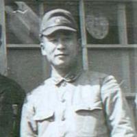 Photos de haut en bas : couverture du livre, Louis Zamperini, Matsuhiro Watanabe, et retrouvailles avec sa mère après sa libération.