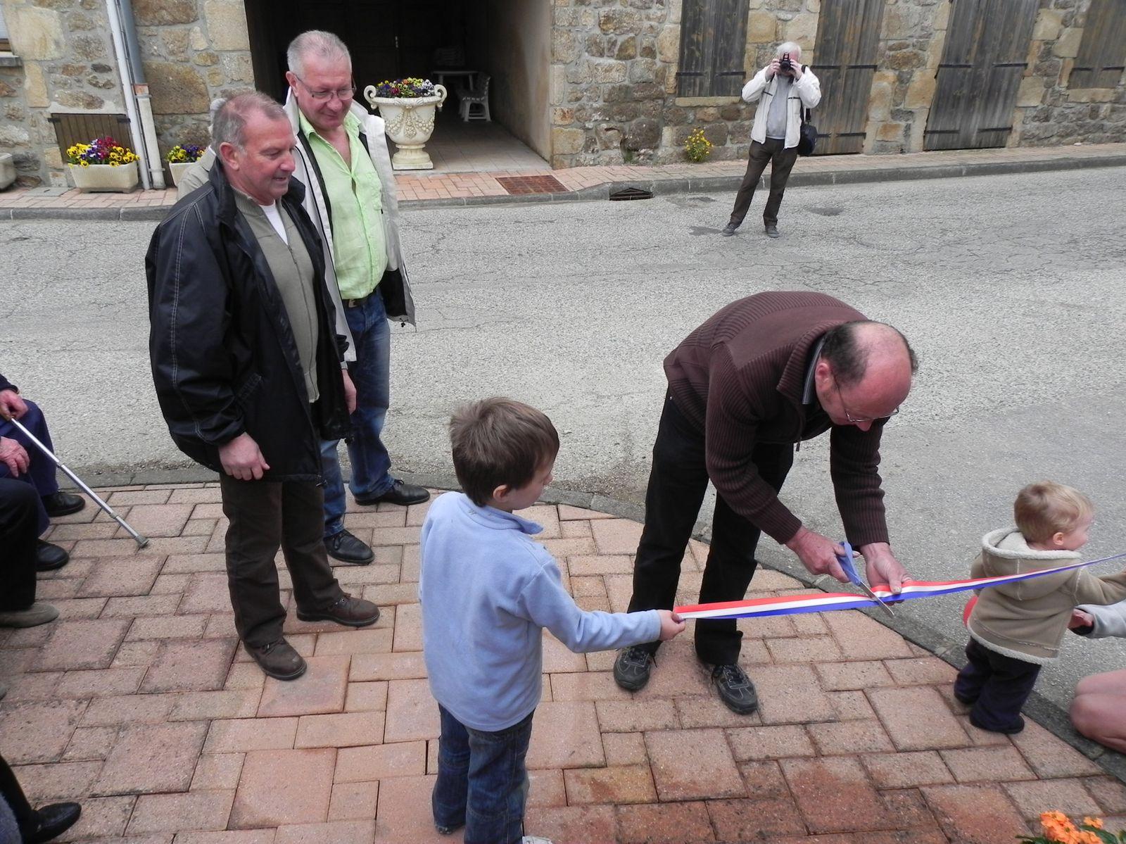 M. le Maire coupe le ruban tricolore en présence de Gilbert COSTANTINI et de Bernard MESBAH