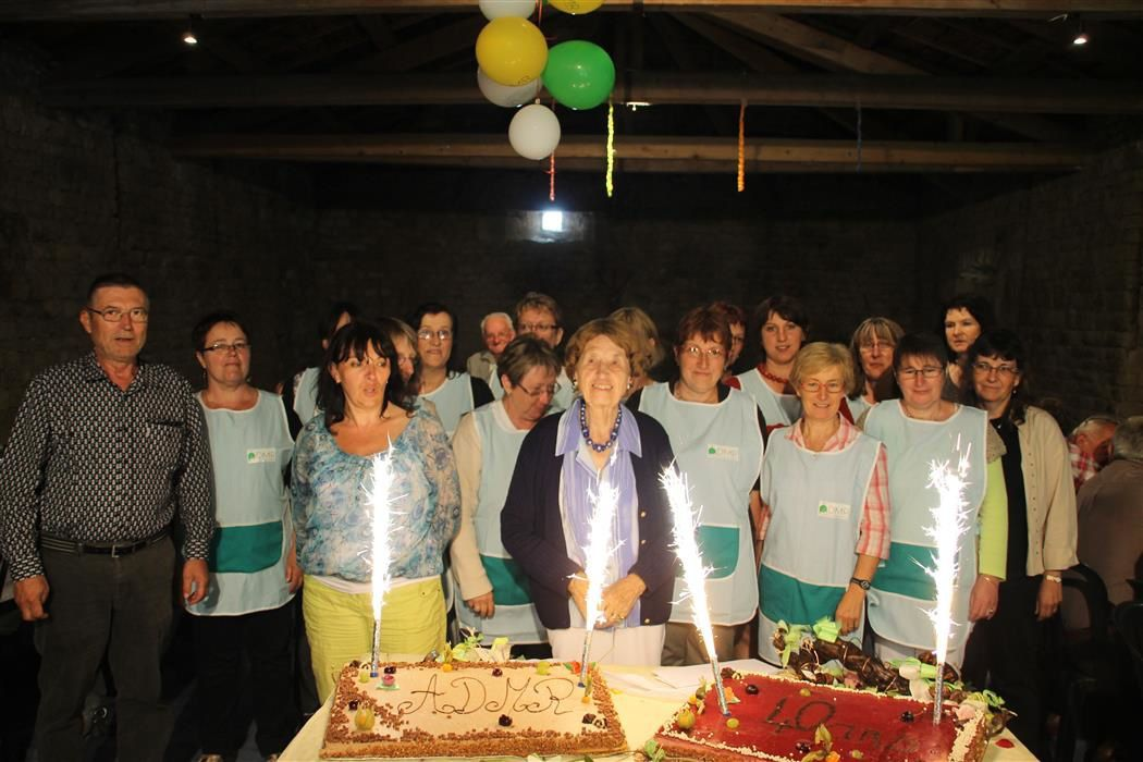 Une vingtaine d'Auxiliaires de Vie entourent Mme de CHAZOTTE devant les gâteaux