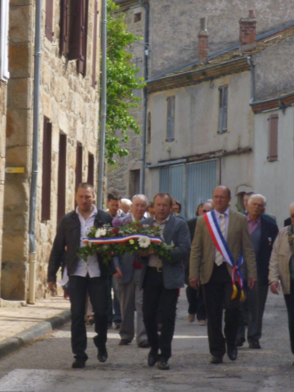 Le Conseil Municipal précèdent les Anciens Combattants lors du défilé