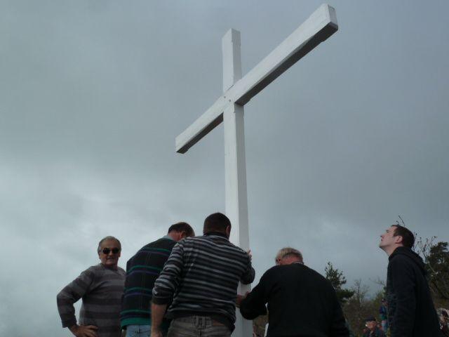 Le trou préparé, la croix dressée, un peu de maçonnerie pour le socle, sous le regard ému de Monsieur et Madame Gamon
