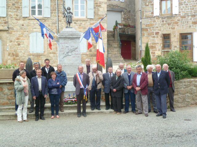 Devant le monument aux morts à Arlebosc