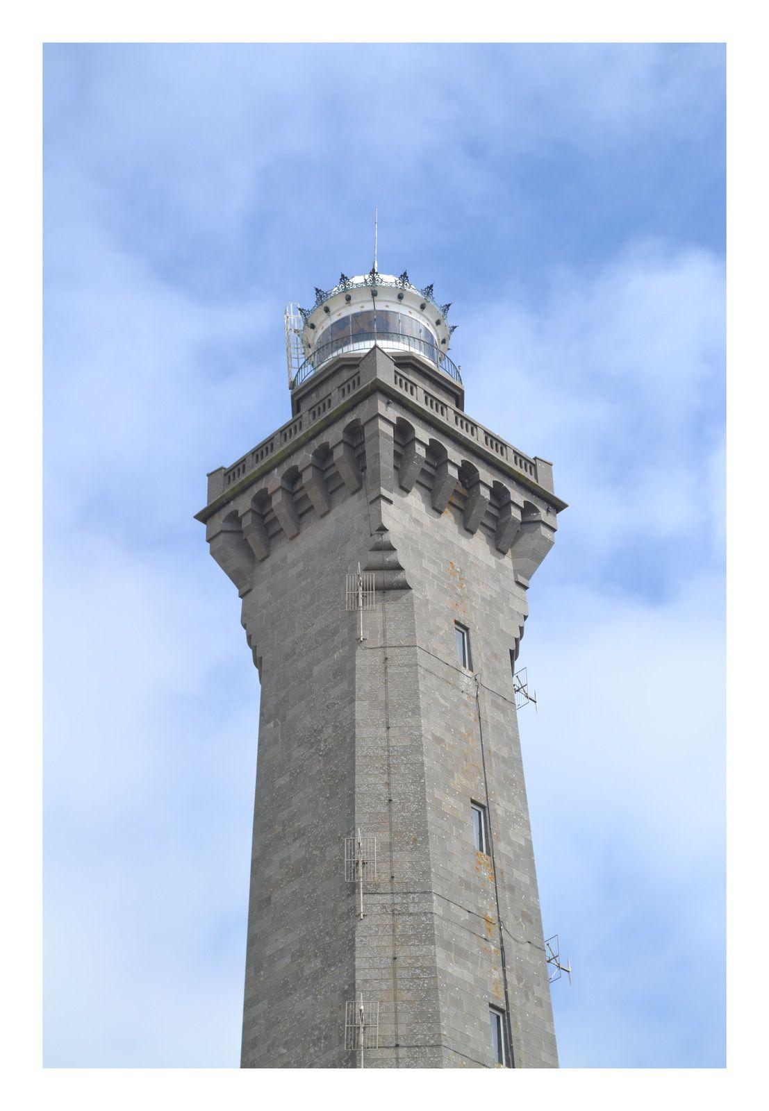 son phare, ses plages, le petit port de St Pierre et celui de St Guénolé