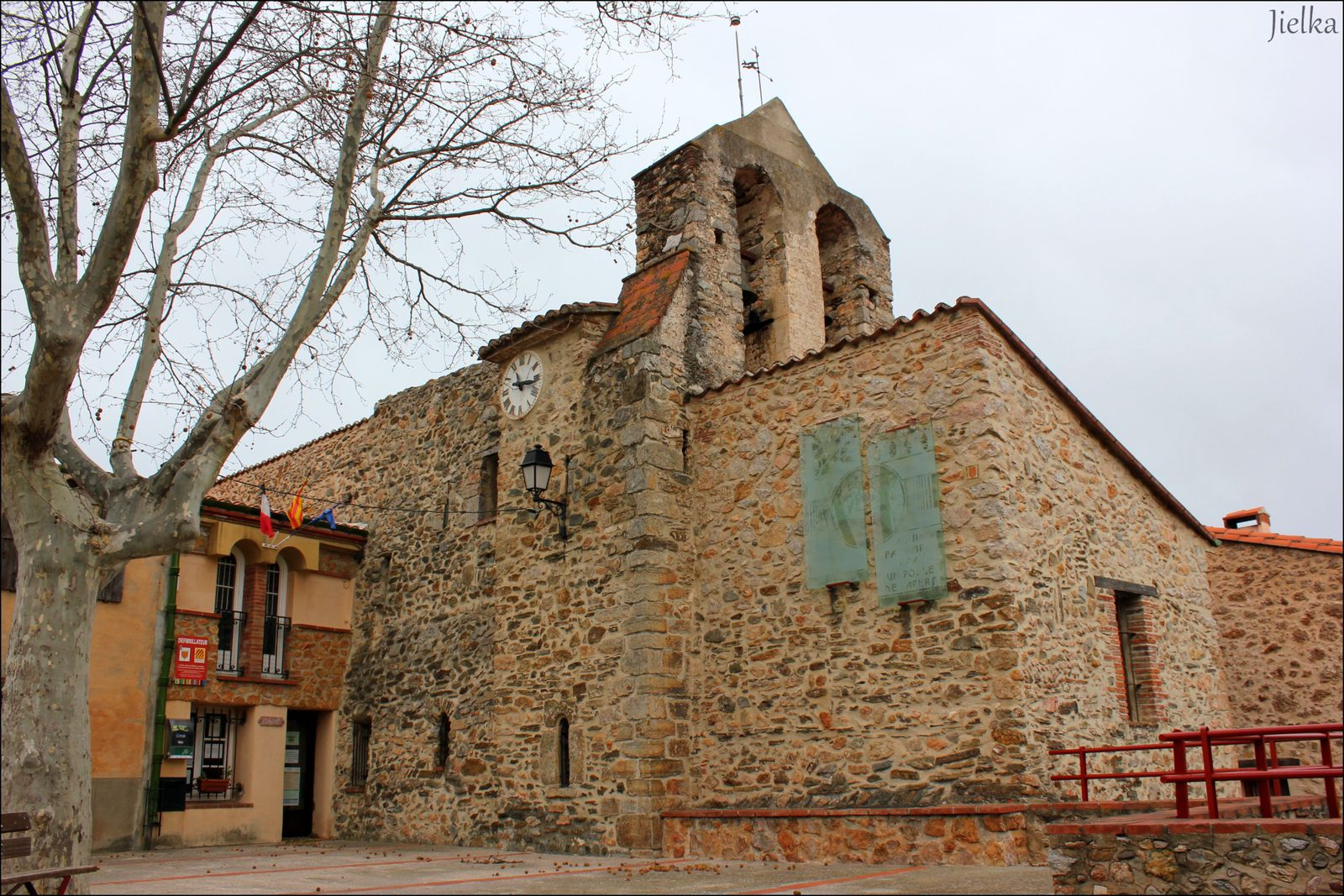Le village de Llauro compte une épicerie ou l'on trouve de tout, elle fait également dépot de pain. Un camping se trouve aussi sur la commune.