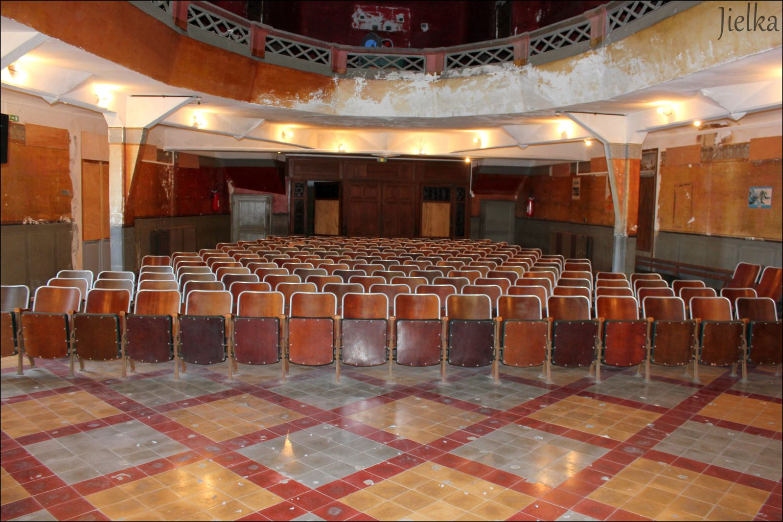 La salle de cinéma de l'hotel de luxe avec une scène de grande taille derrière l'écran  à reçu la visite de Mistinguet et de tous les plus grands artistes de l'époque.
