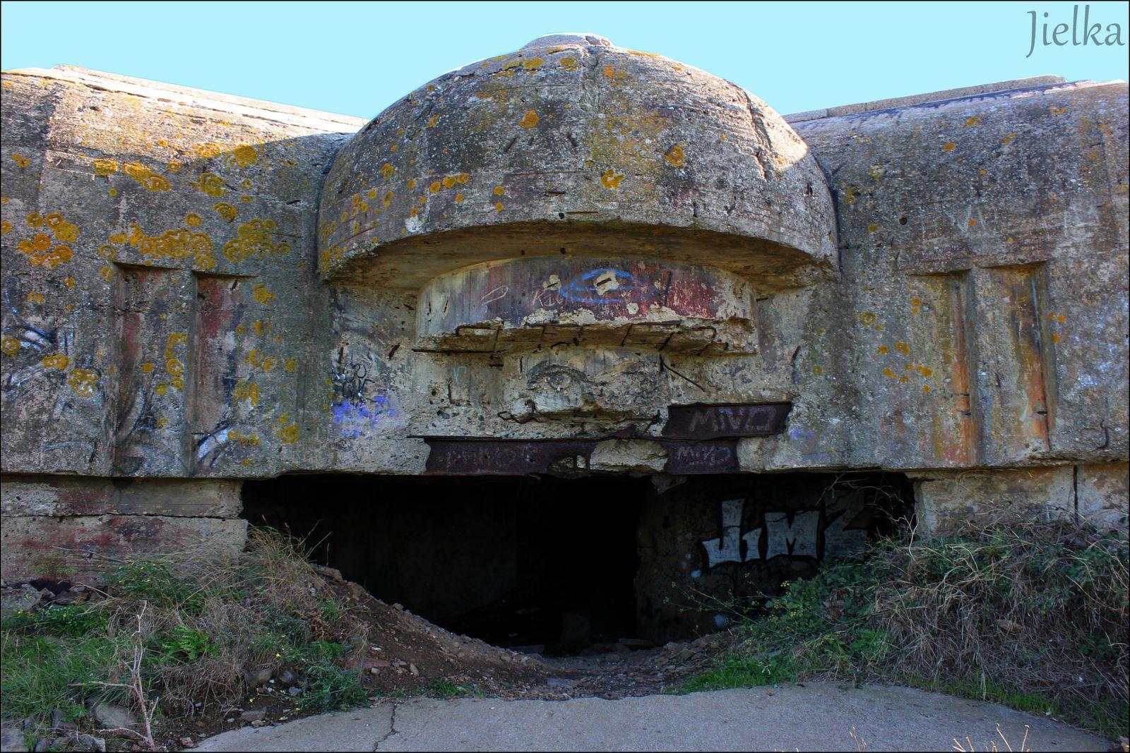 l'intérieur endomagé par des explosions internes au départ des artilleurs Allemands en aout 1944.