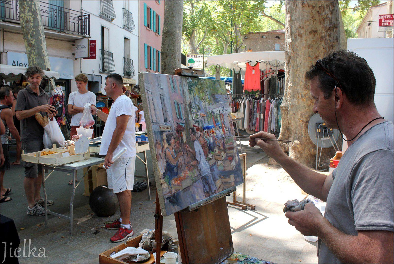 Des marchands des quatres saisons, de sympatiques boutiques, de drôles d'instruments pour une belle musique et un artiste peintre que l'on croise régulièrement dans les rues de Céret.