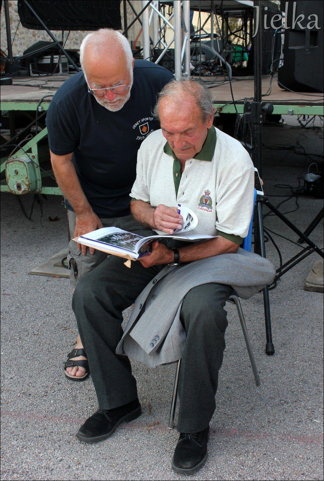 Pierre TRULL, le plus ancien joueur du Céret sportif, retrouve une photo avec ses anciens coéquipiers dans le livre du centenaire.