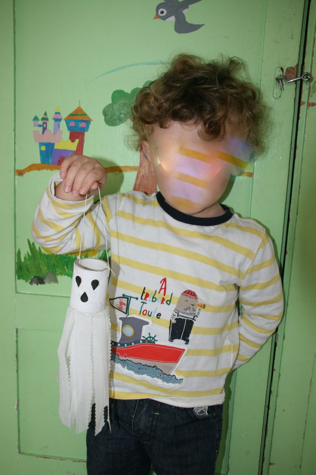 la citrouille et le fantome recup rouleau et mouchoirs (pas récup lol !!!!) vous voyez un bébé en pleine action. la chauve-souris est en recup. plateau (boite) à oeufs.