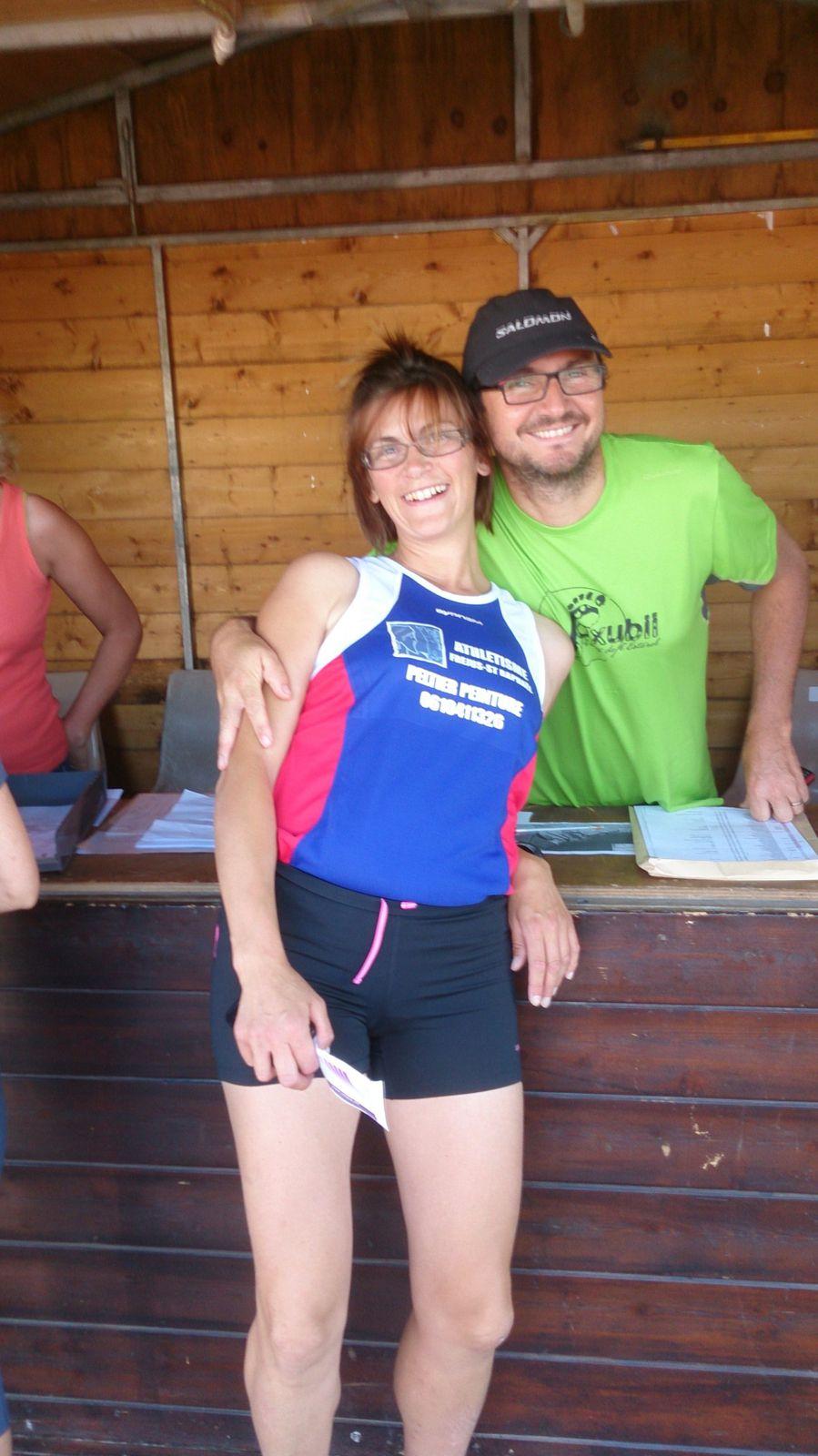 """Nos athlètes ont pris la pose avec les nouveaux maillots """"Camille PELTIER"""" et se sont élancés sur la piste comme des avions."""